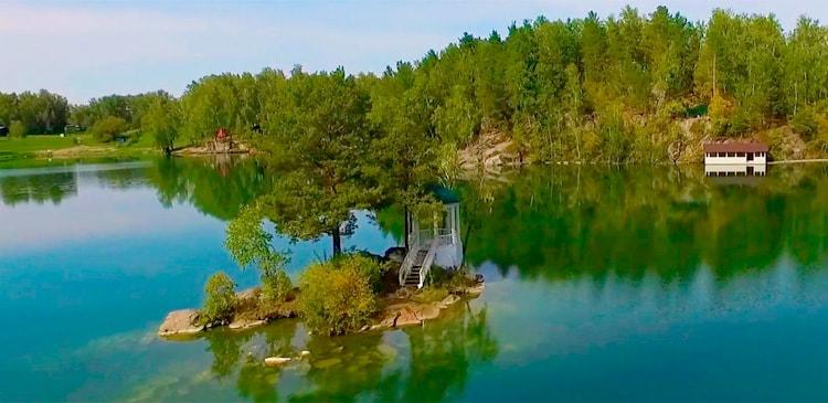 Беседка на озере Ая