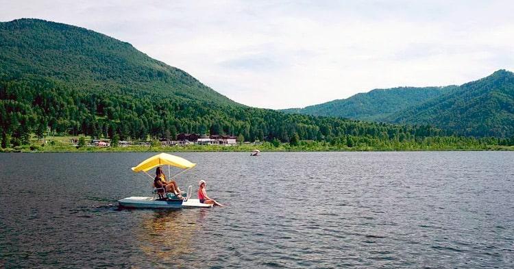 на катамаране по озеру