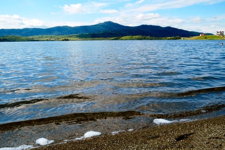 Прозрачная вода озера Белое