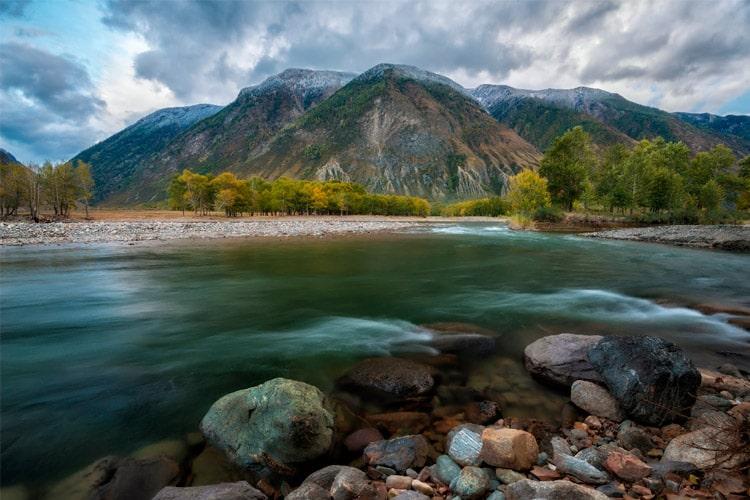 Алтайская река и горы (gdealtai.ru)