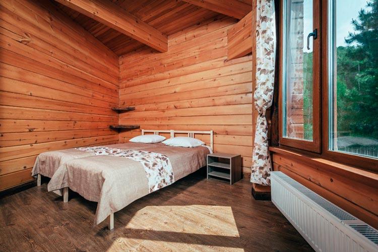 Номер в отеле «Урочище Актра» (gdealtai.ru)