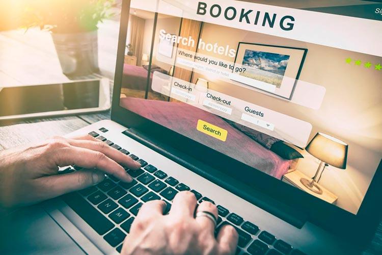 Подбирает отель на booking