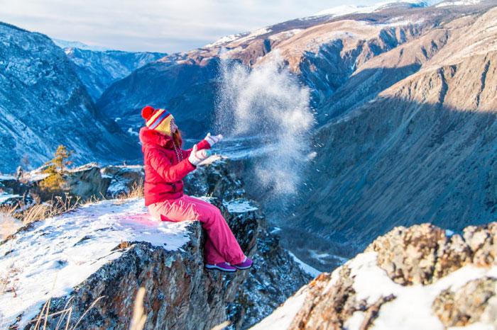 девушка в горах зимой